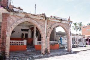 En pleno centro del históricamente turístico Cuyutlán, Colima, es evidente la falta de prevención y el riesgo por colapso de fincas dañadas hace ocho años, durante el sismo del 21 de enero del año 2003. Estas construcciones ahuyentan al turismo que prefiere los lugares seguros para pasear con sus familias.