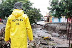 Personal de Protección Civil observando los destrozos
