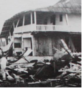 Fragmento de la imagen original, sin daños en la parte superior de la casa.